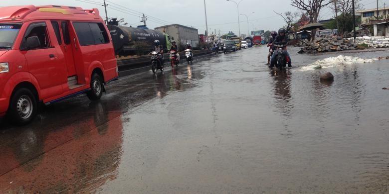 Banjir rob di Jalan Pantai Utara Kaligawe Semarang, Sabtu (25/4/2016)