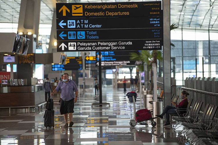 Calon penumpang berjalan di Terminal 3 Bandara Internasional Soekarno-Hatta, Tangerang, Banten, Kamis (9/7/2020). Meski penerbangan telah kembali dibuka dengan persyaratan  seperti penumpang harus dengan memiliki hasil rapid atau PCR test negatif COVID-19, suasana di Bandara Soekarno Hatta masih terpantau sepi.