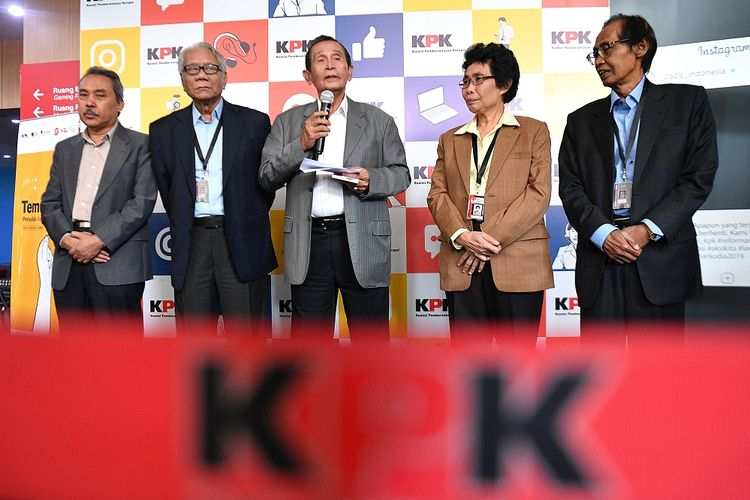 Ketua Dewan Pegawas KPK Tumpak Hatorangan Panggabean (tengah) bersama para anggota Syamsuddin Haris (kiri), Harjono (kedua kiri), Albertina Ho (kedua kanan) dan Artidjo Alkostar menyampaikan konferensi pers di Gedung ACLC KPK, Jakarta Selatan (Selasa (14/1/2020). Dalam kesempatan itu Dewan Pengawas KPK menyatakan keberadaan mereka tidak akan menghambat proses penyidikan kasus yang ditangani KPK. ANTARA FOTO/Sigid Kurniawan/aww.