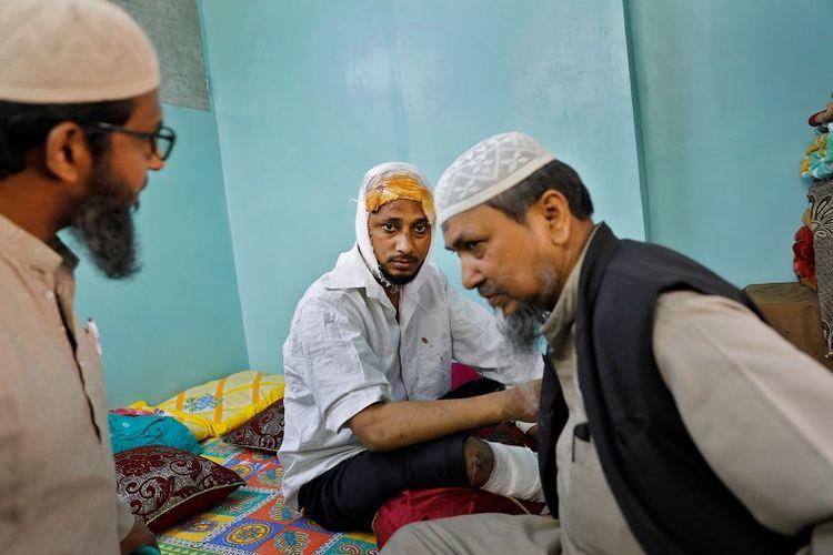 Muhammad Zubair (37) seorang muslim yang terluka setelah dipukuli oleh sekelompok pemuda yang meneriakkan slogan pro-Hindu selama kerusuhan yang disebabkan oleh Undang-Undang Kewarganegaraan di New Delhi, India.