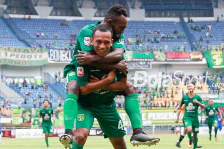 Selebrasi pemain Persebaya, Irfan Jaya, seusai membobol gawang PSIS Semarang pada laga pembuka 8 besar Liga 2 musim 2017 untuk Grup Y, Rabu (15/11/2017).
