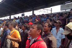 Deputi PT KAI Teken Perjanjian dengan Penumpang di Stasiun Bekasi