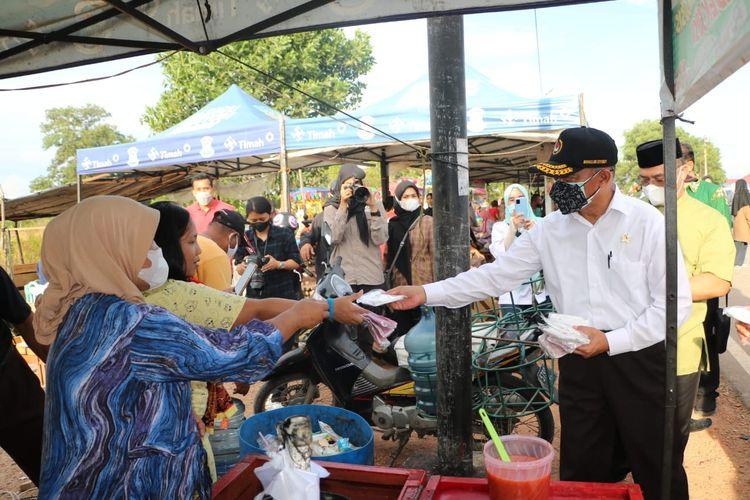 Menko PMK Muhadjir Effendy saat meninjau pelaksanaan vaksinasi di Taman Dealova, Kota Pangkalpinang, Bangka Belitung, Sabtu (25/9/2021).