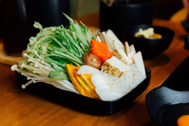 Ilustrasi sukiyaki sayuran, terdiri dari sawi, pok coy, wortel, shiitake, enokitake, tahu, labu, daun bawang, dan mi.