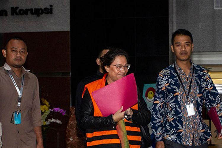 Tersangka mantan anggota Bawaslu Agustiani Tio Fridelina mengenakan rompi tahanan usai menjalani pemeriksaan di gedung KPK, Jakarta, Jumat (10/1/2020) dini hari. KPK menetapkan empat orang tersangka dalam Operasi Tangkap Tangan (OTT) pada Rabu (8/1/2020) yakni WSE Komisioner KPU, ATF mantan anggota Bawaslu serta HAR dan SAE dalam kasus dugaan penerimaan hadiah atau janji penetapan anggota DPR Terpilih 2019-2024 dengan barang bukti uang sekitar Rp 400 juta dalam bentuk mata uang dolar Singapura dan buku rekening.