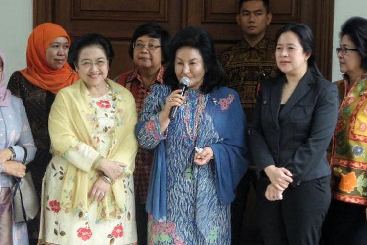Presiden kelima RI Megawati Soekarnoputri bersama istri Perdana Menteri Malaysia Najib Razak, Yang Mulia Datin Paduka Seri Rosmah Mansor saat memberikan keterangan usai pertemuan di kediaman pribadi Megawati, jalan Teuku Umar, Menteng, Jakarta Pusat, Selasa (7/3/2017).