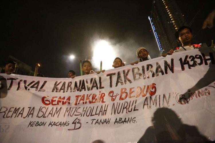 Warga melakukan takbiran guna menyambut Hari Raya Idul Fitri 1439 H di Tanah Abang, Jakarta, Kamis (14/06/2018). Pemerintah menetapkan hari raya Idul Fitri 1439 H jatuh pada hari Jumat 15 Juni 2018.