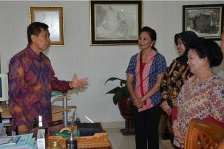 Gubernur Bali Made Mangku Pastika saat menerima audensi Ketua ICEVI, Sri Soedarsono, di Denpasar, Bali, Selasa (6/1/2015).