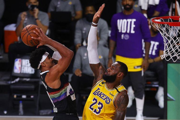 Garry Haris dari tim Denver Nuggets (kiri), berduel dengan bintang Los Angeles Lakers, LeBron James (kanan), pada gim keempat Final NBA Wilayah Barat, Jumat (25/9/2020) pagi WIB.