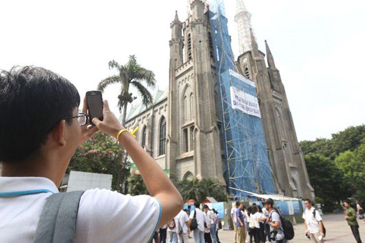 Siswa-siswa sekolah menengah di Jakarta dan sekitarnya mengunjungi Gereja Katedral, Kamis (15/6/2017), dalam kegiatan bertajuk  Wisata Rumah Ibadah. Selain Gereja Katedral mereka juga mengunjungi Gereja Kristen Immanuel, Masjid Istiqlal, Pura Adhitya Jaya Rawamangun, dan Kuil Hoseji.