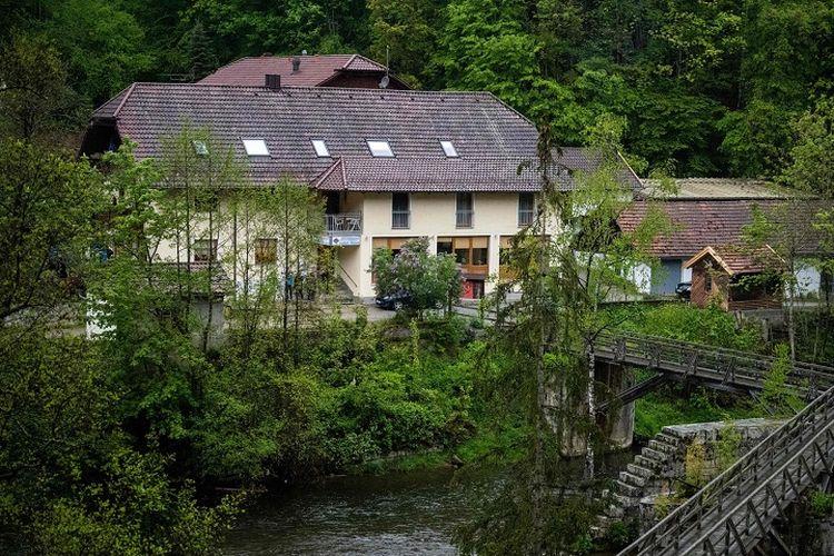 Hotel di Passau, Bavaria, Jerman, lokasi temuan tiga mayat yang tertancap panah. (AFP/Lino Mirgeler)