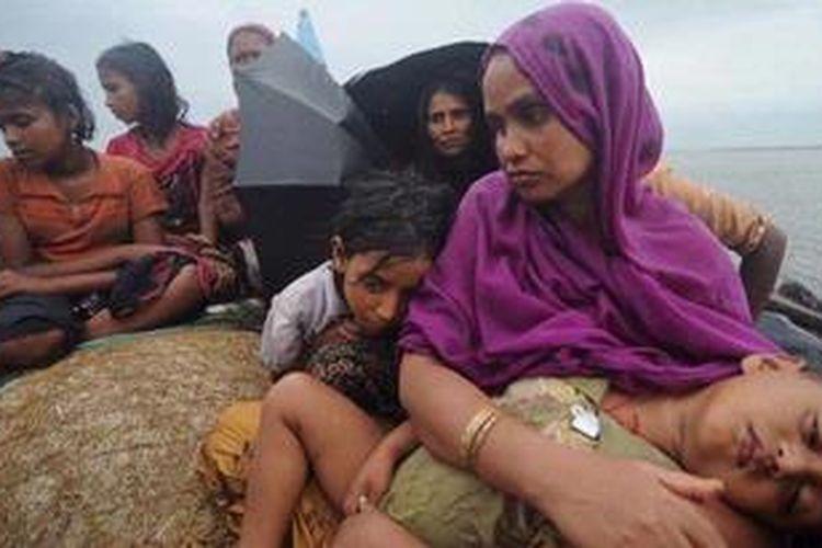 Foto yang diambil pada Juni 2012 ini menunjukkan para pengungsi Rohingya mencoba menyeberangi Sungai Naf menuju wilayah Banglades untuk menghindari kekerasan sektarian di Myanmar.