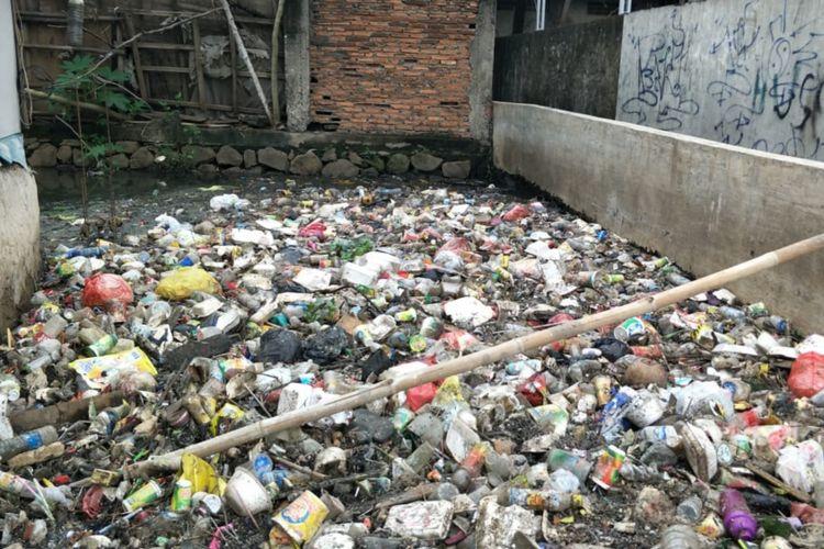 Tampak Kali Jatimulya, Tambun Selatan, Kabupaten Bekasi dipenuhi sampah rumah tangga, Rabu (23/1/2019).