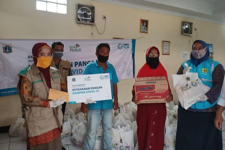 Yayasan Baitul Maal (YBM) bersama PLN Peduli menyalurkan bantuan berupa sembako untuk menjaga ketahanan pangan warga DKI Jakarta di tengah pandemi Covid-19