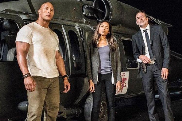 Dwayne Johnson, Naomie Harris, dan Jeffrey Dean Morgan (dari kiri ke kanan) main dalam film Rampage.