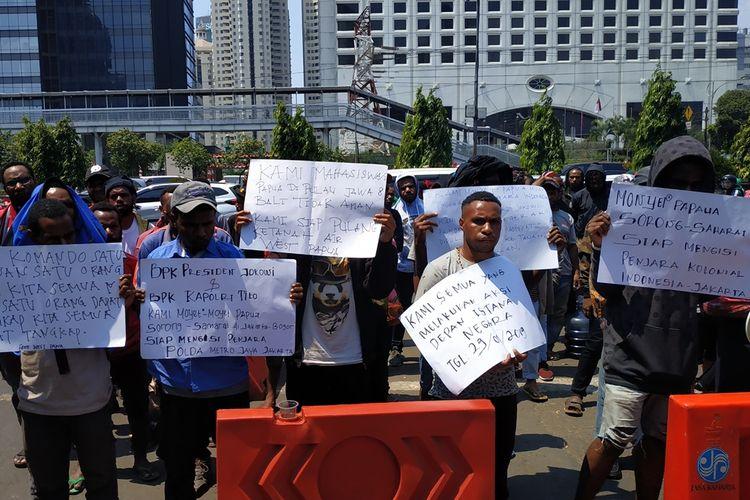 Sejumlah mahasiswa Papua dan Papua Barat berunjuk rasa di depan Mapolda Metro Jaya, Sabtu (31/8/2019. Mereka minta ditangkap polisi sebagai bentuk solidaritas terhadap dua orang rekannya yang ditangkap secara represif oleh polisi di Asrama Lani Jaya, Depok, Jumat malam.