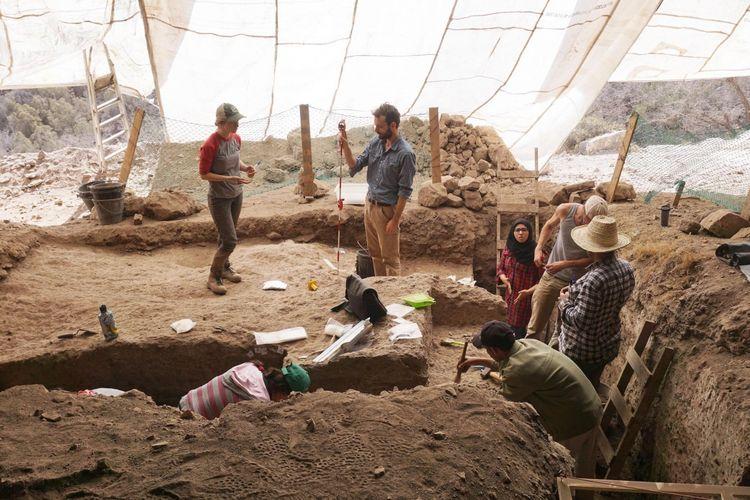 Peneliti berada di lokasi penemuan manik-manik  berusia 142.000 tahun di Maroko