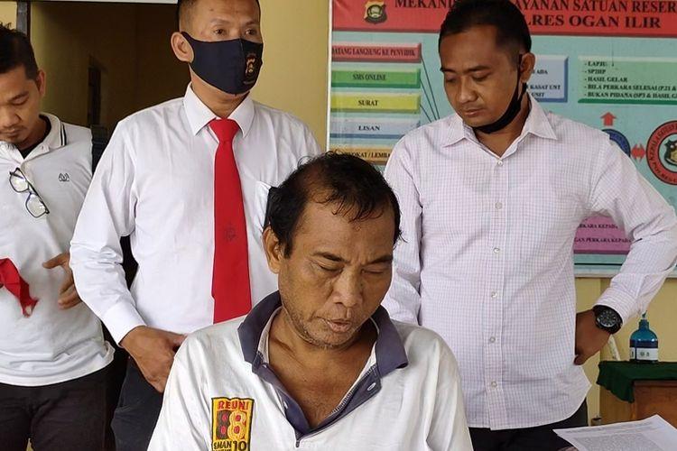 Syafei (53) mencabuli cucunya sendiri selama empat tahun saat digelandang ke Mapolres Ogan Ilir, Kamis (16/07/2020).