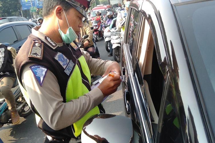 Hari pertama penerapan ganjil genap di kawasan Fatmawati, Jakarta Selatan, Senin (9/9/2019)