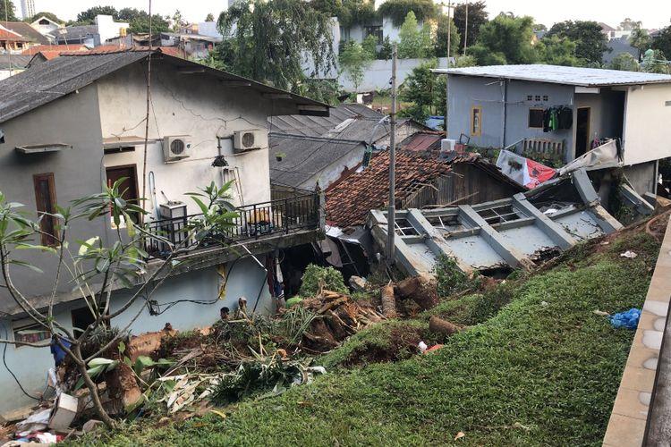 Sebuah tembok milik rumah warga Kavling Melati roboh dan menimpa sejumlah rumah warga RT 010 RW 03 di 03 di Gang Melati Jalan Kemang Timur XI, Bangka, Mampang Prapatan, Jakarta Selatan.