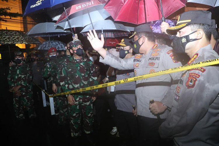 Panglima TNI Marsekal Hadi Tjahjanto dan Kapolri Jenderal Pol Listyo Sigit Prabowo meninjau TKP bunuh diri di depan halaman Geraja Katerdral Makassar, Minggu (28/3/2021).