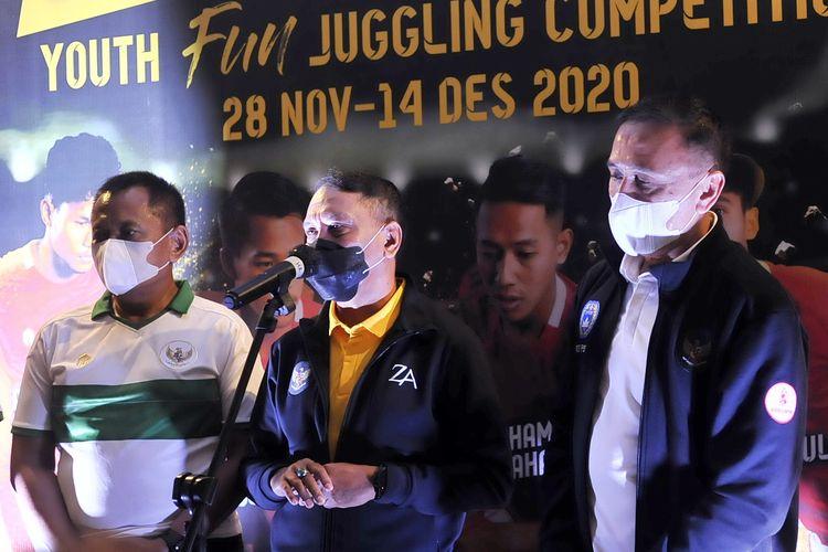 Kemenpora Zainudin Amali (tengah) dan Ketua Umum PSSI Mochamad Iriawan (kanan) saat menyemarakan Youth Fun Juggling Competition dalam rangka menyambut Piala Dunia U20 2021 di Surabaya, Jawa Timur, Sabtu (12/12/2020) siang.
