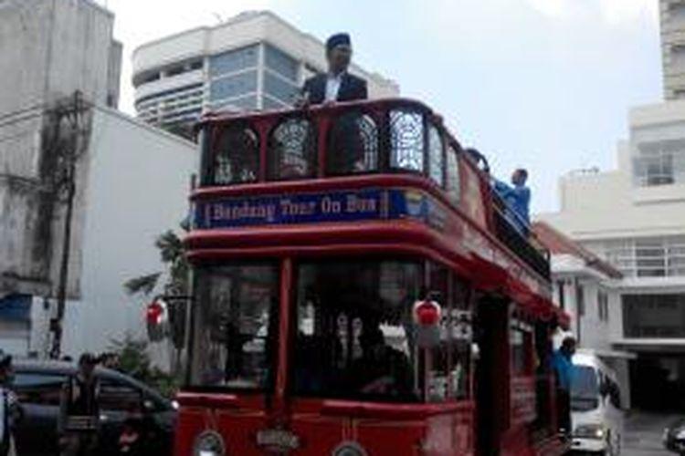 Selasa (20/5/2014), Wali Kota Bandung, Ridwan Kamil, menjadi pemandu wisata (tour guide) rombongan turis yang berasal dari Negeri Sakura, Jepang.