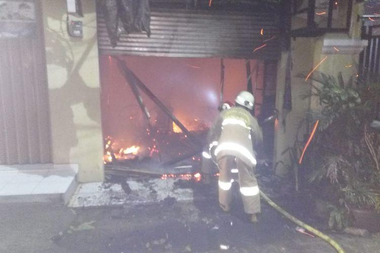 Sebuah ruko di Ciracas, Jakarta Timur, hangus dilalap api, Selasa (29/12/2020) pagi.