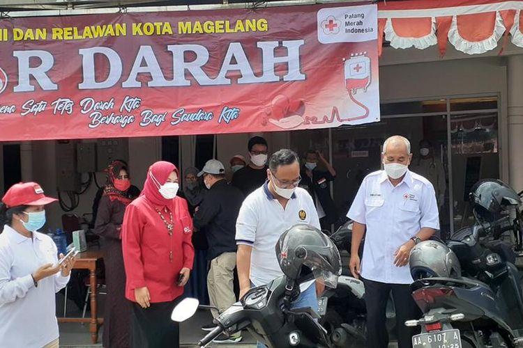 Wali Kota Magelang dr. Muchamad Nur Aziz (kedua dari kiri) sedang meninjau kegiatan donasi plasma konvalesen di UDD PMI Kota Magelang, Minggu (22/8/2021).