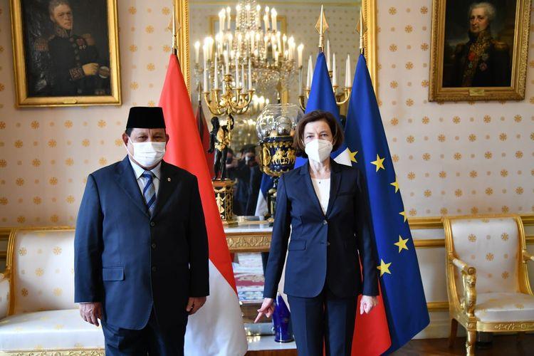 Menteri Pertahanan (Menhan) Prabowo Subianto dan Mengan Perancis, Florence Parly, menandatangani persetujuan kerja sama pertahanan atau Defence Cooperation Agreement (DCA) melalui sebuah pertemuan bilateral di Hotel de Brienne, Paris, Perancis, Senin (28/6/2021).