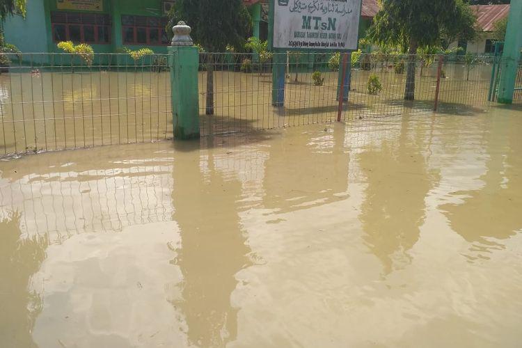 Gedung MTsN Matangkuli di Desa Mee, Kecamatan Matangkuli, Aceh Utara, Rabu (13/11/2019) terendam banjir.