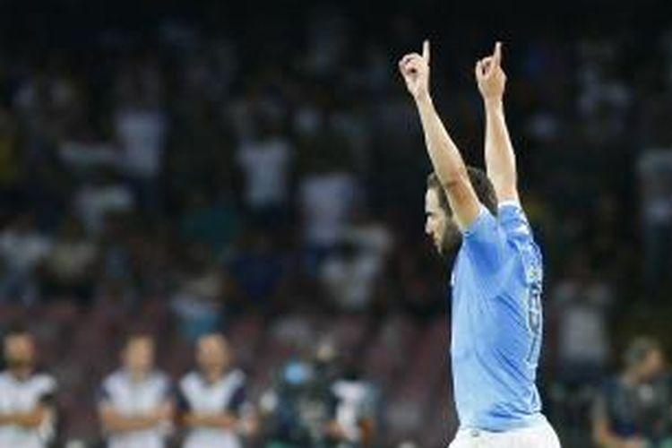 Striker Napoli, Gonzalo Higuain, merayakan gol yang dicetaknya ke gawang Athletic Bilbao pada leg pertama play-off Liga Champions di San Paolo Stadium, Selasa (19/8/2014).