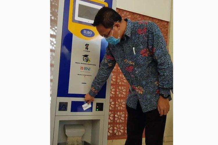 Wakil Rektor Undip Semarang Budi Setiyono mencoba pengoperasian ATM beras yang diperuntukkan bagi mahasiswa yang tidak mudik akibat COVId-19 di Semarang, Selasa.