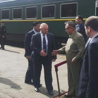 Mendiang pemimpin Korea Utara Kim Jong Il (kanan kedua) turun dari kereta berlapis baja saat kedatangannya di Siberia, Rusia, pada 2011. (AP Photo via CNN)