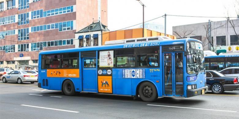 Bus biru dengan jarak panjang mengelilingi kota Seoul.