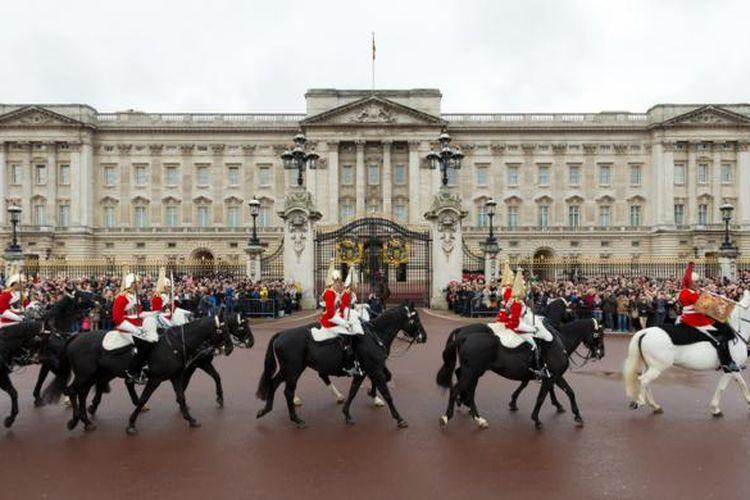 Upacara pergantian penjaga Istana Buckingham, London, Inggris.