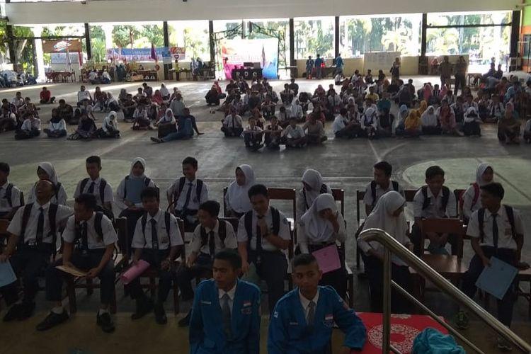 Para calon siswa sedang mengantri untuk menyerahkan berkas persyaratan masuk SMK Negeri 1 Kota Magelang, di aula sekolah setempat, Selasa (18/6/2019).