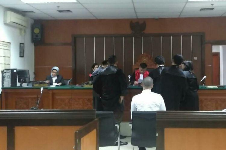 Artis peran Steve Emmanuel (berkemeja putih) menjalani sidang lanjutan dugaan kasus narkoba di Pengadilan Negeri Jakarta Barat, Slipi, Kamis (28/3/2019).
