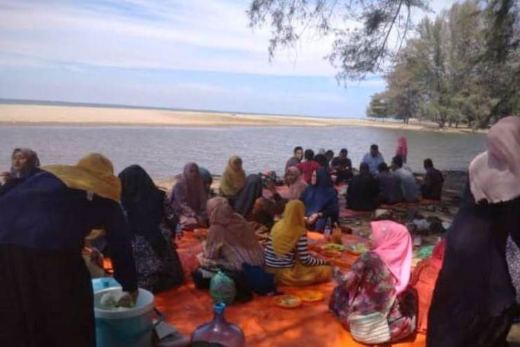 Sejumlah orang menggelar tikar di bibir Pantai Rancong, Desa Rancong, Kecamatan Muara Satu, Kota Lhokseumawe, Kamis (2/5/2019)