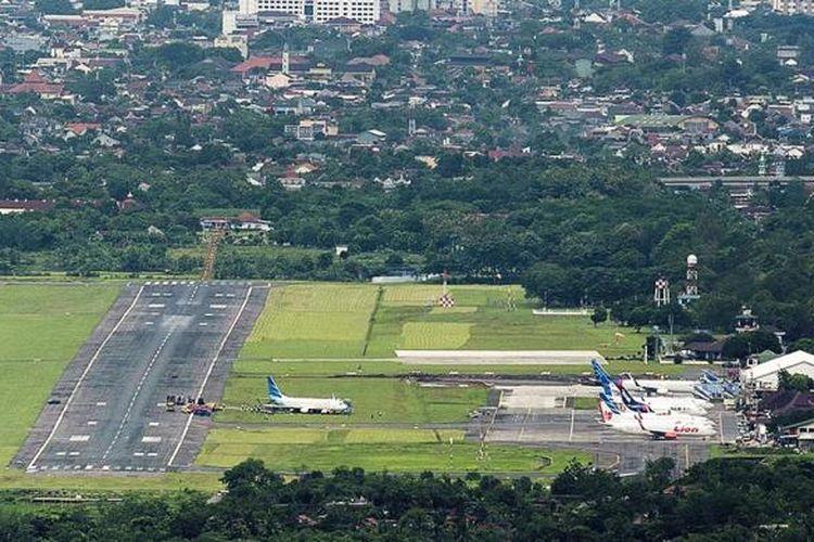 Proses evakuasi pesawat Garuda Indonesia nomor penerbangan GA 258 yang tergelincir di Bandara Adisutjipto, Sleman, DI Yogyakarta, sehari sebelumnya berlangsung hingga,  Kamis (2/2/2017) siang. Bandara tersebut dibuka kembali pada pukul 14.18 setelah badan pesawat berhasil dipindahkan dari dekat landasan pacu.