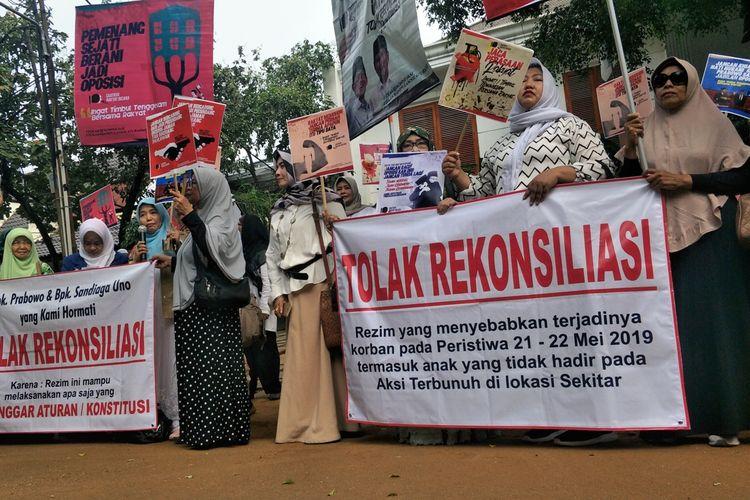 Puluhan emak-emak yang tergabung dalam komunitas pendukung Prabowo Subianto-Sandiaga Uno meminta Prabowo tetap menjadi oposisi pemerintahan Presiden Joko Widodo selama lima tahun ke depan.  Hal itu mereka sampaikan saat menggelar aksi unjuk rasa di depan kediaman Prabowo, Jalan Kertanegara, Jakarta Selatan, Jumat (5/7/2019).