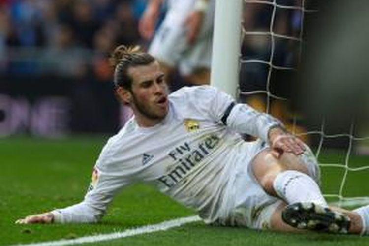 Bintang Real Madrid, Gareth Bale, terjatuh saat melawan Rayo Vallecano pada lanjutan La Liga di Stadion Santiago Bernabeu, 20 Desember 2015.