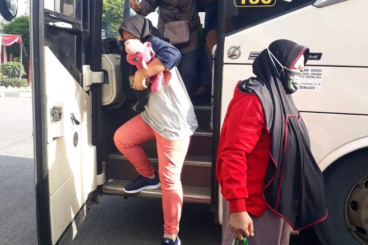 Penumpang bus yang tiba di Jakarta melalui Terminal Bus Kalideres pada Senin (4/1/2021).