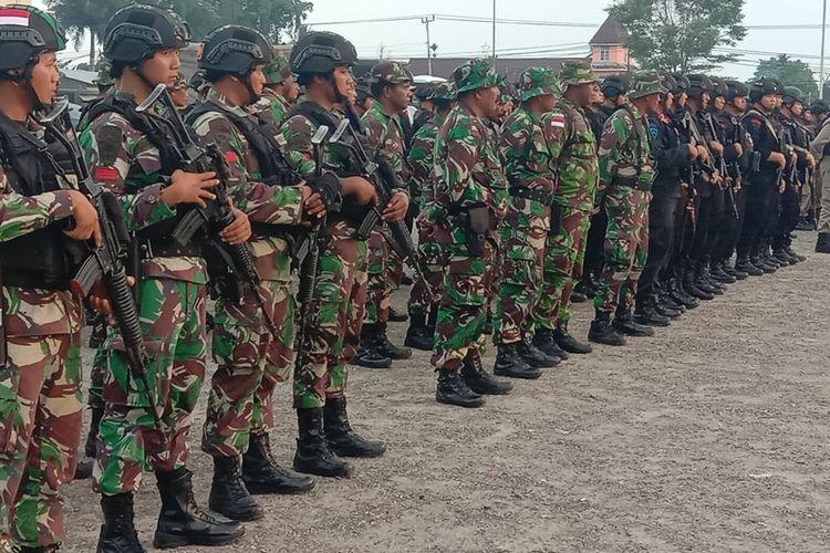 Personel TNI - Polri ketika mengikuti apel siaga jelang HUT OPM di Lapangan Timika Indah, Sabtu (30/11/2029) sore.