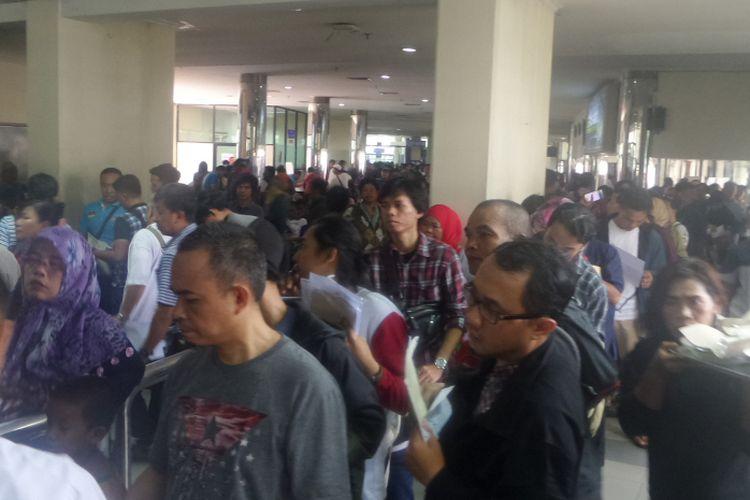 Antrian panjang terjadi di Kantor Samsat Jakarta Timur,  Jalan DI Panjaitan, pada Kamis (31/8/2017).  Antrian yang terjadi merupakan keramaian masyarakat yang hendak  menggunakan program pengampunan denda pajak kendaraan bermotor (PKB) dan bea balik nama kendaraan bermotor (BBNKB). Program tersebut akan berakhir pada Kamis hari ini.