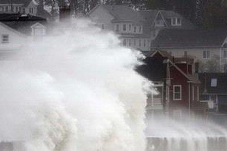 Gelombang menghantam Winthrop Shore Drive ketika Badai Sandy mendekati wilayah pesisir Winthrop, Massachusetts, Senin (29/10/2012). Kedatangan badai super di wilayah Pantai Timur Amerika ini berdampak pada 50 juta warga AS. Badai Sandy diprediksi menyebabkan hujan berhari-hari, angin berkecepatan tinggi, dan kemungkinan hujan salju di wilayah itu.