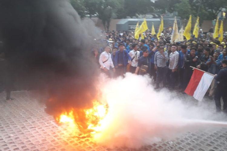 Mahasiswa PMII melakukan demonstrasi di depan Gedung KPK untuk mendukung revisi UU KPK pada Jumat (20/9/2019)