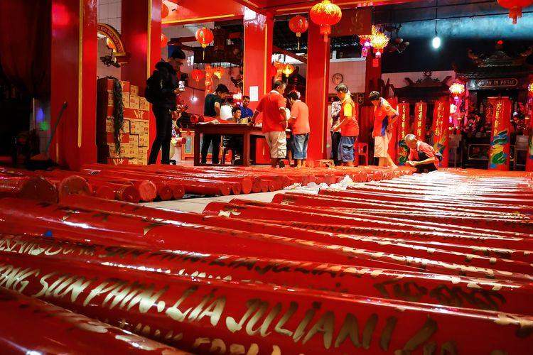 Lilin-lilin berbubuh nama umat Tridharma yang dikirim ke Klenteng Hok Lay Kiong, Kota Bekasi tiga hari jelang perayaan Tahun Baru Imlek 2571 yang jatuh pada Sabtu, 25 Januari 2020.