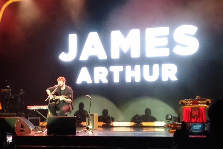 James Arthur membawakan sebuah lagu dalam acara Journey Into The New World of Music With YouTube Music di Istora Senayan, Jakarta, Rabu (20/11/2019).