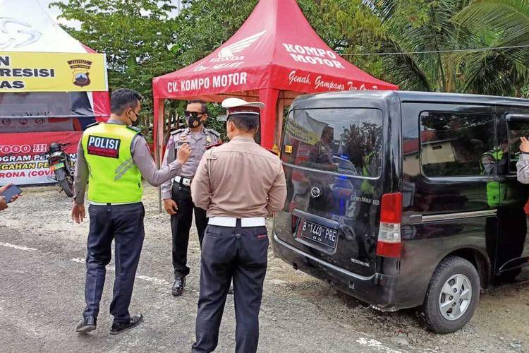 Polisi mengamankan satu unit mobil yang dijadikan travel gelap saat operasi penyekatan pemudik di Ajibarang, Kabupaten Banyumas, Jawa Tengah, Selasa (4/5/2021).